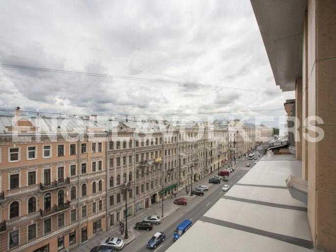 Элитные квартиры в Центральном районе. Санкт-Петербург, Невский пр., 137. Вид из окон на Невский проспект