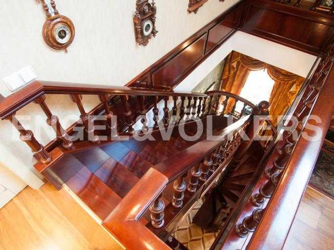 Элитные квартиры в Центральном районе. Санкт-Петербург, Мал. Конюшенная, 9. Лестница между уровнями