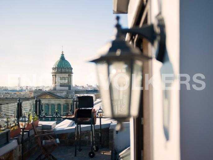 Элитные квартиры в Центральном районе. Санкт-Петербург, Мал. Конюшенная, 9. Барбекю на открытой террасе с видом на Казанский собор