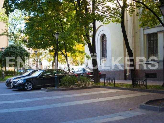 Элитные квартиры в Центральном районе. Санкт-Петербург, Мал. Конюшенная, 9. Охраняемая парковка во дворе