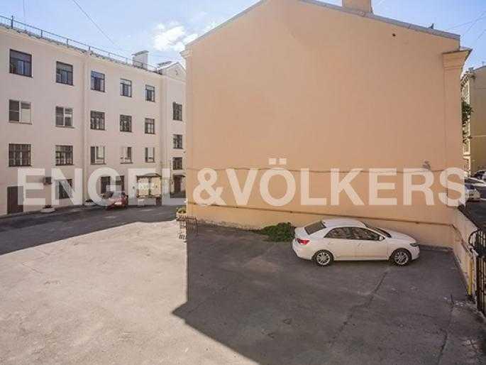 Элитные квартиры в Других районах области. Санкт-Петербург, 5-я Линия, 2. Парковка на закрытой территории