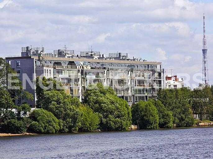 Элитные квартиры на . Санкт-Петербург, Крестовский, 26. Фасад комплекса с акватории Малой Невки