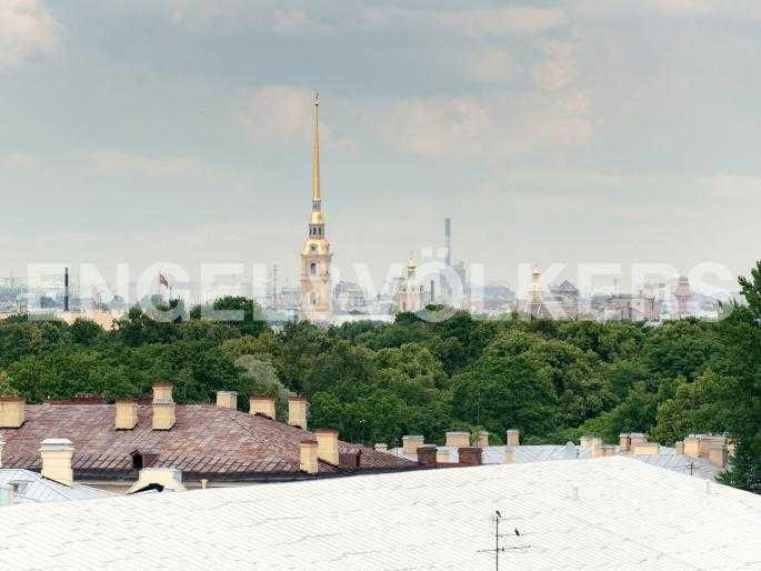 Элитные квартиры в Центральный р-н. Санкт-Петербург, Караванная, 16. Вид на шпиль Петропавловской крепости