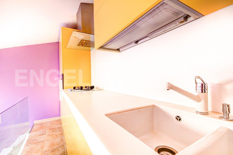 Элитные квартиры в Центральном районе. Санкт-Петербург, Стремянная, 16. Кухня-галерея в гостиной