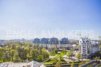 «Дом на Ждановке» — французская мансарда с панорамным видом на водную гладь в сердце Петроградской стороны