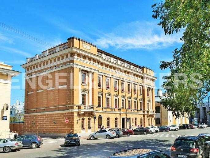 Элитные квартиры в Центральном районе. Санкт-Петербург, Манежная пл. 4. Вид на дом с Манежной площади