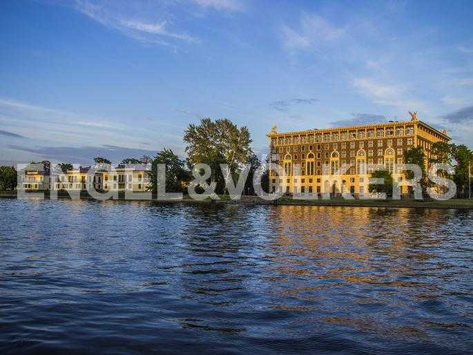 Элитные квартиры на . Санкт-Петербург, . Вид на фасад дома с набережной реки Средней Невки
