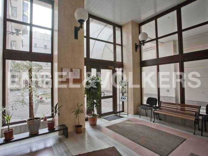Элитные квартиры в Центральном районе. Санкт-Петербург, Захарьевская, 33. Парадная с выходом во внутренний двор