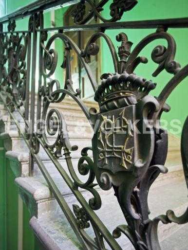 Элитные квартиры в Центральном районе. Санкт-Петербург, Набережная Кутузова, 12. Кованая решетка с гербами в парадной