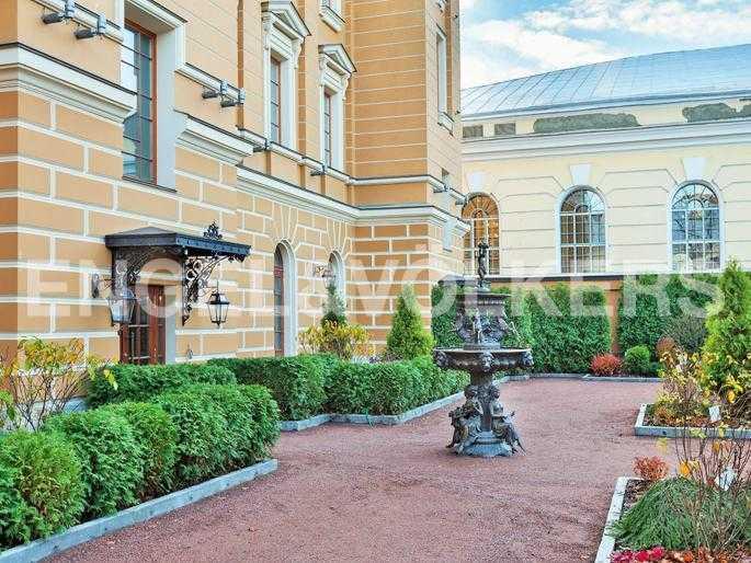Элитные квартиры в Центральном районе. Санкт-Петербург, Манежная пл. 4. Внутренний благоустроенный двор дома