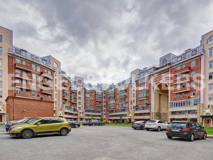 Элитные квартиры в Петроградском районе. Санкт-Петербург, Аптекарская наб. 6. Парковка во дворе