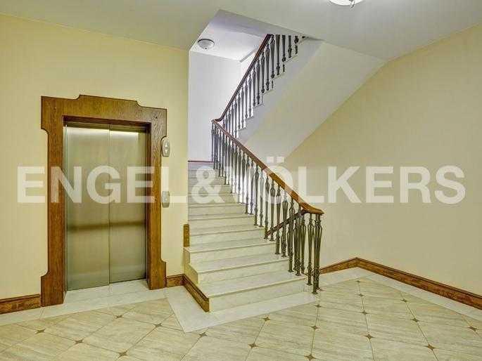Элитные квартиры в Центральном районе. Санкт-Петербург, Стремянная, 15. Лестница в парадной