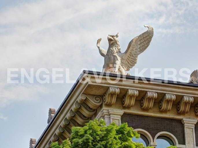 Элитные квартиры на . Санкт-Петербург, . Гриффон на крыше дома