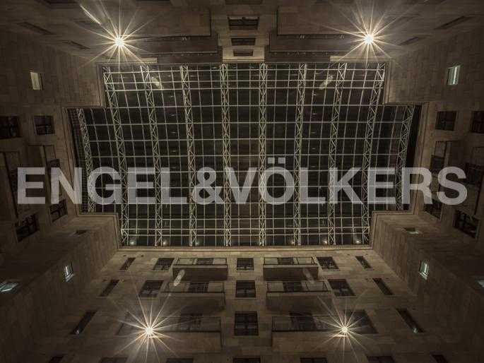 Крытый двор Атриум с вечерней подсветкой