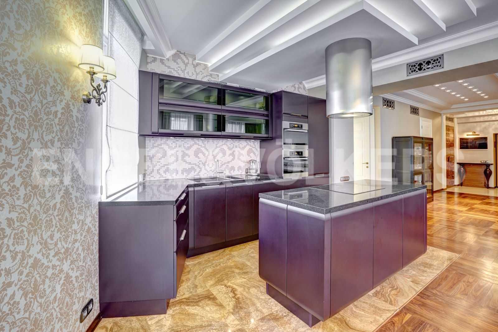 Элитные квартиры в Центральном районе. Санкт-Петербург, Тверская, 1А. Встроенная кухня в гостиной