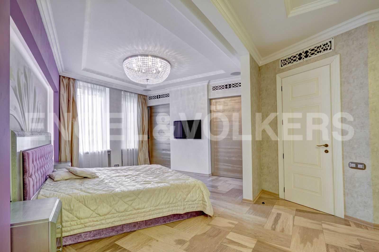 Элитные квартиры в Центральном районе. Санкт-Петербург, Тверская, 1А. Спальня с гардеробной и ванной комнатой
