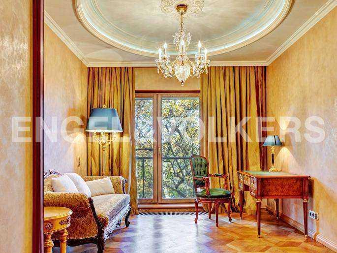 Элитные квартиры в Центральный р-н. Санкт-Петербург, наб. реки Фонтанки, 1. Кабинет с французским балконом