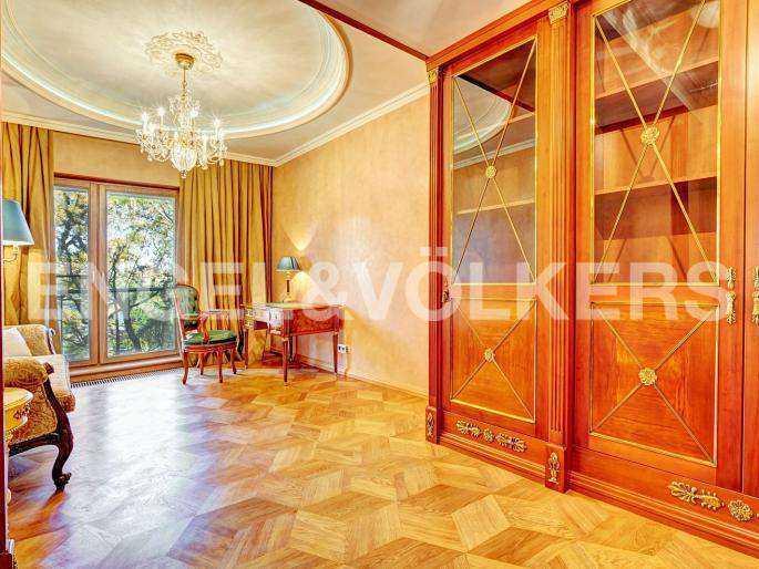 Элитные квартиры в Центральном районе. Санкт-Петербург, наб. реки Фонтанки, 1. Пространство кабинета может быть гостевой комнатой