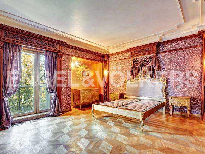 Элитные квартиры в Центральном районе. Санкт-Петербург, наб. реки Фонтанки, 1. Основная спальня с французским балконом