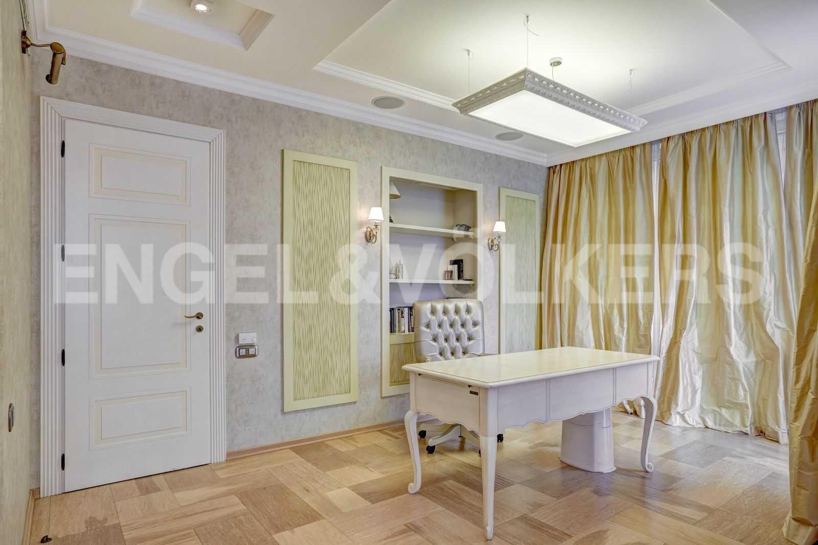 Элитные квартиры в Центральном районе. Санкт-Петербург, Тверская, 1А. Зона кабинета в спальне