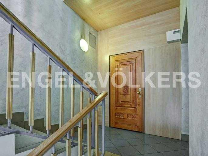 Элитные квартиры на . Санкт-Петербург, Крестовский пр., 13. Лестничная площадка. Одна квартира на этаже