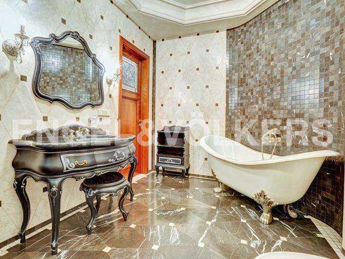 Элитные квартиры в Центральном районе. Санкт-Петербург, наб. реки Фонтанки, 1. Ванная комната при основной спальне