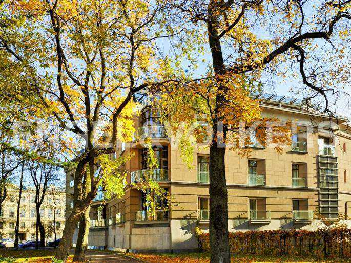 Элитные квартиры в Центральном районе. Санкт-Петербург, наб. реки Фонтанки, 1. Вид на дом из сквера