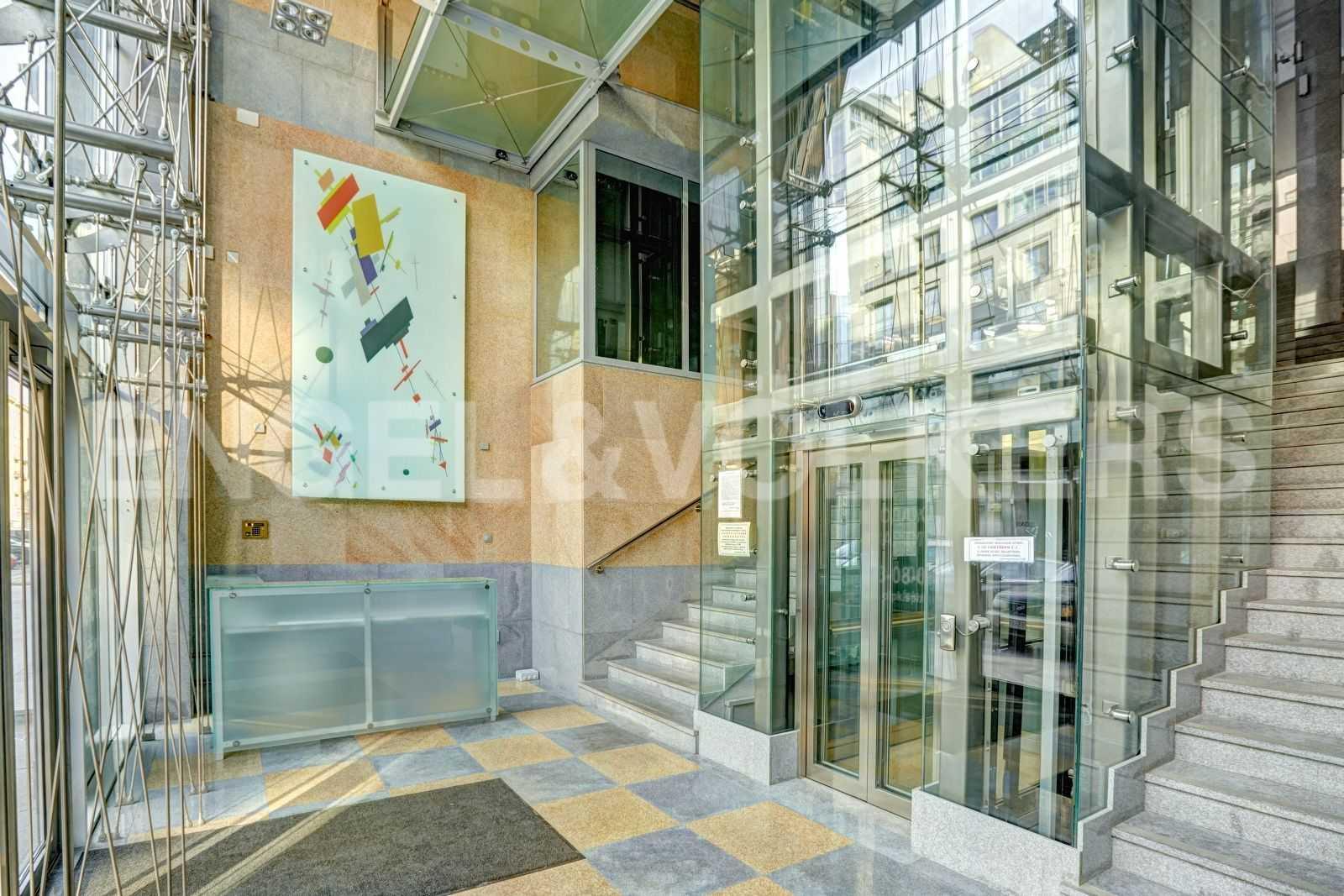 Элитные квартиры в Центральном районе. Санкт-Петербург, Тверская, 1А. Входная группа с лифтом