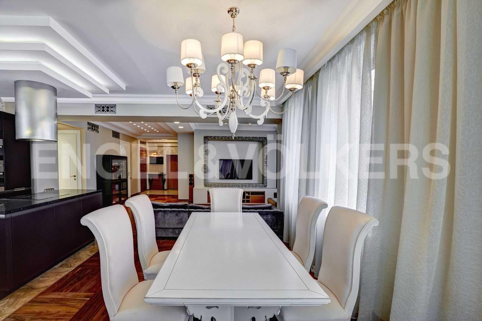 Элитные квартиры в Центральном районе. Санкт-Петербург, Тверская, 1А. Зона столовой в гостиной