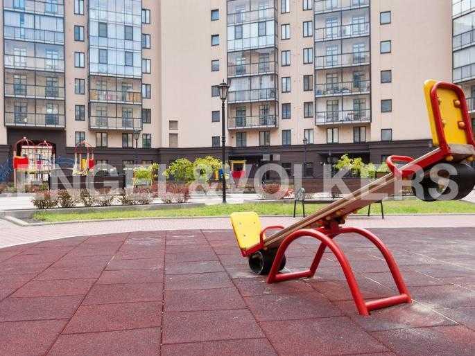 Элитные квартиры в Центральном районе. , Парадная ул. 3. Детская площадка