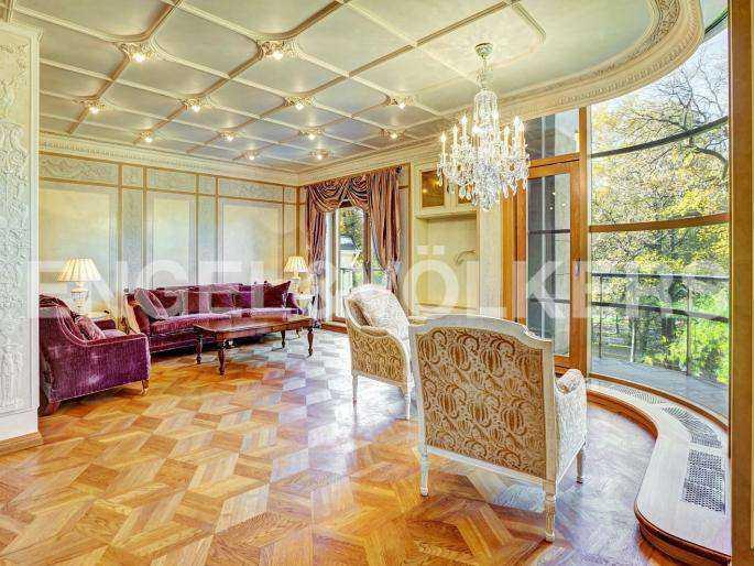 Элитные квартиры в Центральный р-н. Санкт-Петербург, наб. реки Фонтанки, 1. Панорамное остекление в зоне гостиной