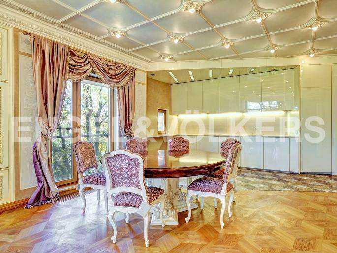 Элитные квартиры в Центральном районе. Санкт-Петербург, наб. реки Фонтанки, 1. Кухня столовавя с французким балконом