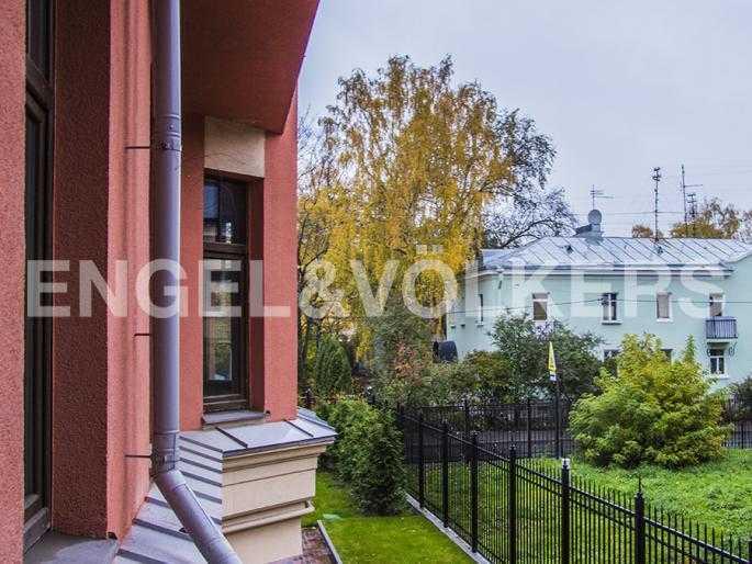Элитные квартиры в Других районах области. Санкт-Петербург, Дибуновская, 22. Вид из окон на внутренний сквер