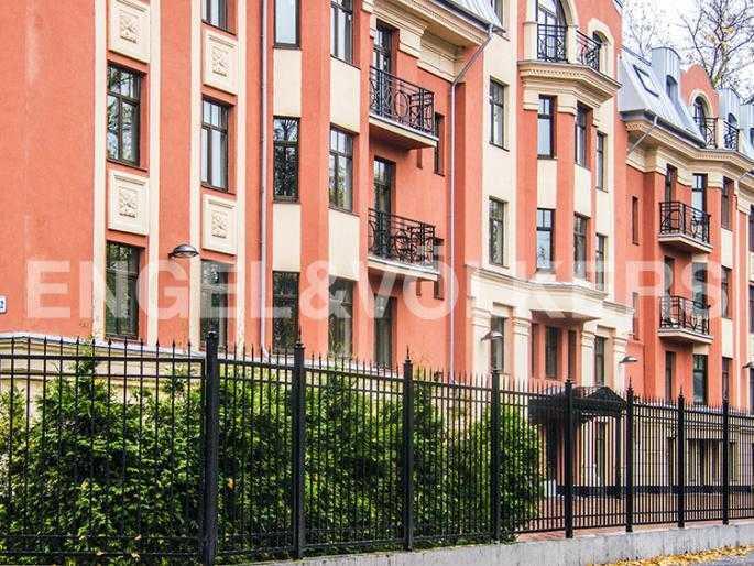 Элитные квартиры в Других районах области. Санкт-Петербург, Дибуновская, 22. Озелененная придомовая территория