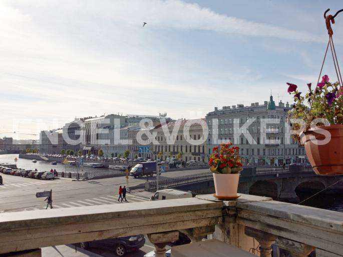 Элитные квартиры в Центральном районе. Санкт-Петербург, наб. реки Фонтанки, 30. Вид с балкона на набережную реки Фонтанки