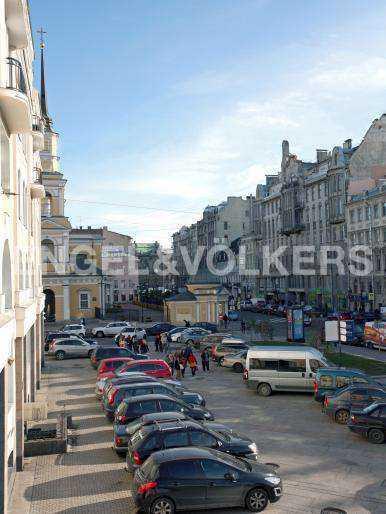 Элитные квартиры в Центральном районе. Санкт-Петербург, наб. реки Фонтанки, 30. Вид на пешеходную зону около храма
