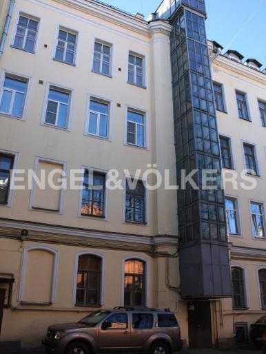Элитные квартиры в Центральном районе. Санкт-Петербург, Фурштатская, 48. Парадная во дворе с лифтом