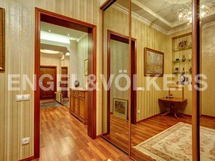 Элитные квартиры в Центральном районе. Санкт-Петербург, Исполкомская, 4-6. Холл со встроенными шкафами