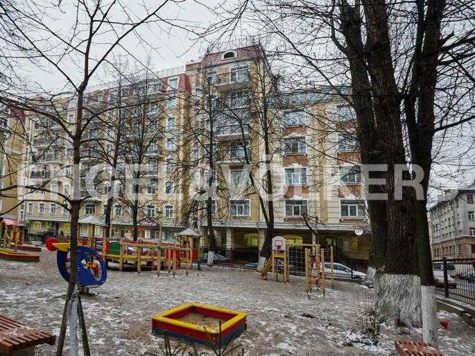 Элитные квартиры в Центральном районе. Санкт-Петербург, Исполкомская, 4-6. Сквер с детской площадкой