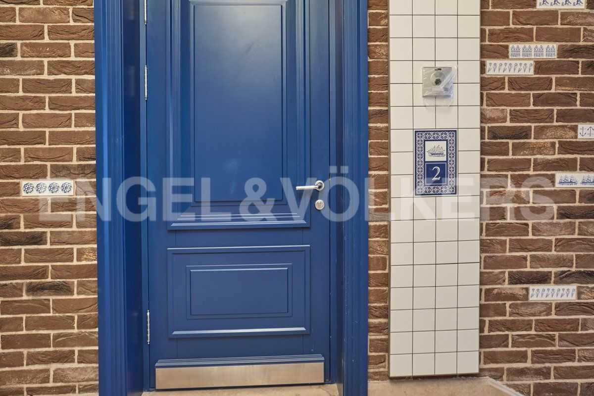 Элитные квартиры в Центральном районе. Санкт-Петербург, наб. Адмиралтейского канала, 15. Входная дверь и видеодомофон в апартаментах