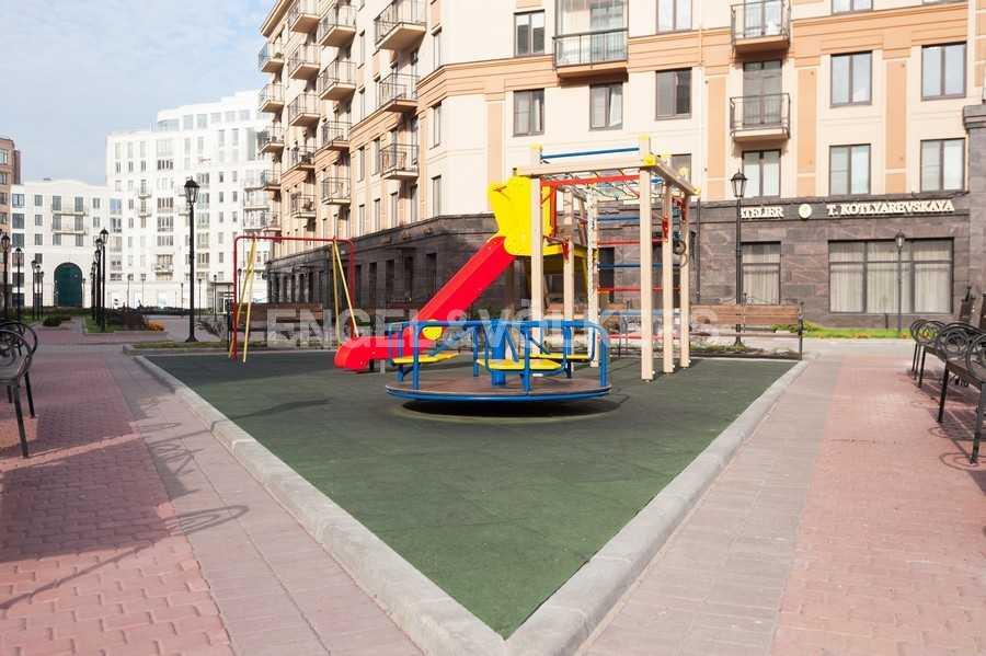 Элитные квартиры в Центральном районе. , Парадная ул. 3. Детская площадка на территории комплекса