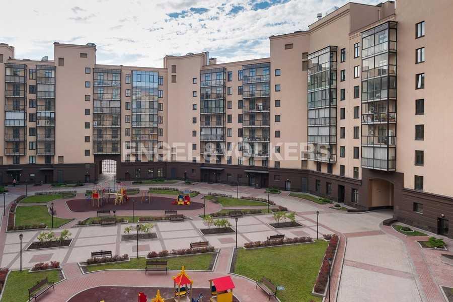 Элитные квартиры в Центральном районе. , Парадная ул. 3. Детская площадка на придомовой территории