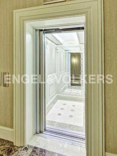 Элитные квартиры в Адмиралтейский р-н. Санкт-Петербург, Конногвардейский б-р, 5. Лифт в холле комплекса