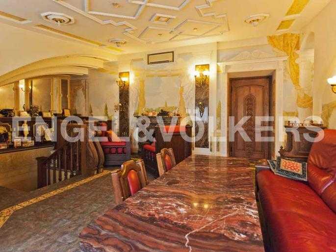Элитные квартиры в Центральном районе. Санкт-Петербург, Невский, 64. Гостиная с камином на втором уровне