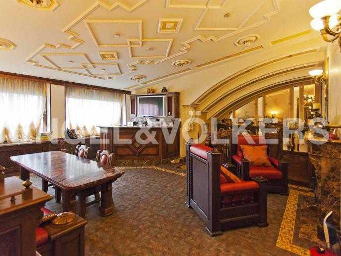Элитные квартиры в Центральном районе. Санкт-Петербург, Невский, 64. Гостиная на втором уровне