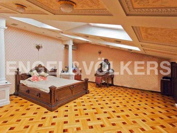 Элитные квартиры в Центральном районе. Санкт-Петербург, Невский, 64. Спальня на втором уровне