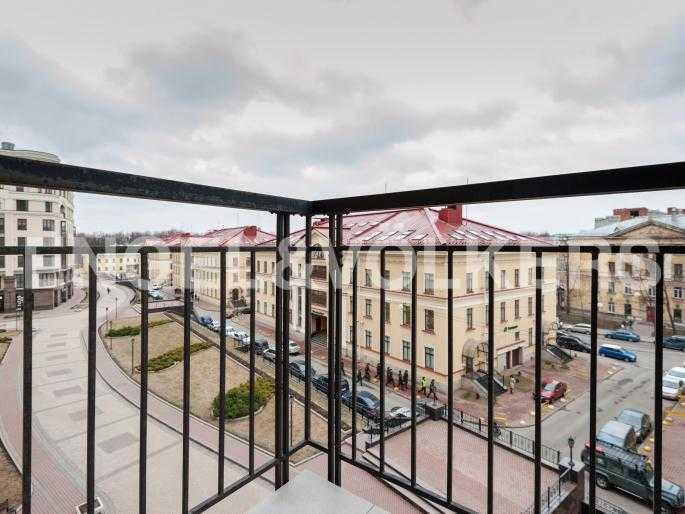 Элитные квартиры в Центральном районе. Санкт-Петербург, Парадная ул. 3. Балкон в гостиной