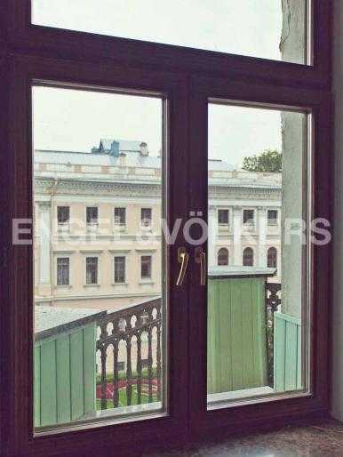 Элитные квартиры в Центральном районе. Санкт-Петербург, Невский, 64. Окно в спальне