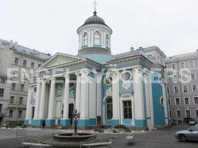 Элитные квартиры в Центральном районе. Санкт-Петербург, Невский пр., 40-42. Придомовая территория с фонтаном
