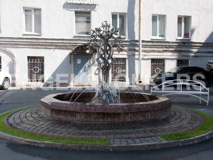 Элитные квартиры в Центральном районе. Санкт-Петербург, Невский пр., 40-42. Действующий фонтан на придомовой территории